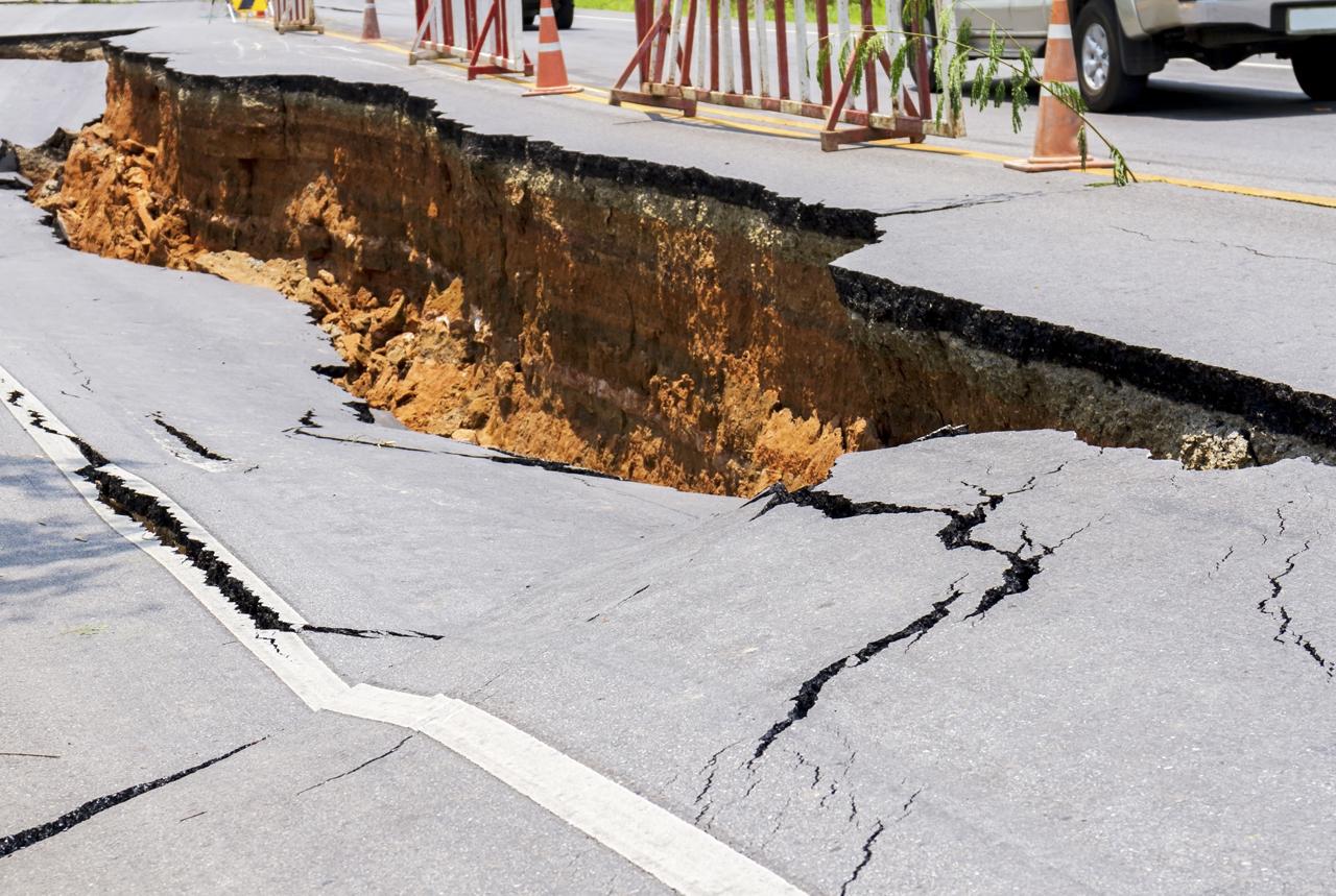 地震で崩れた道路