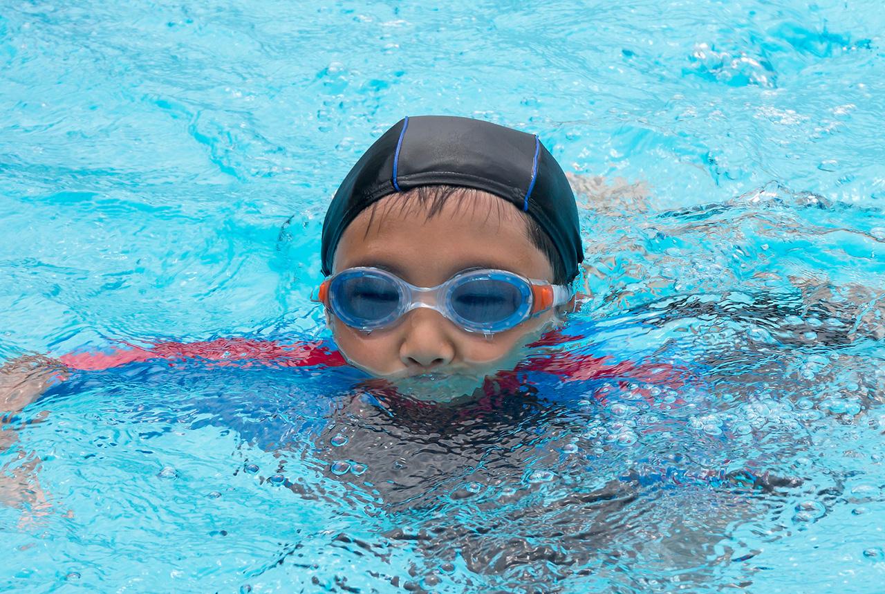 プールを楽しむ子ども