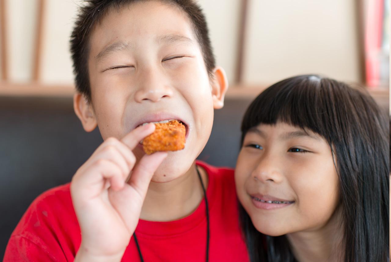 <埼玉県>「れんこんのはさみハンバーグ」 坂戸の井上さん考案の給食メニューに学長賞