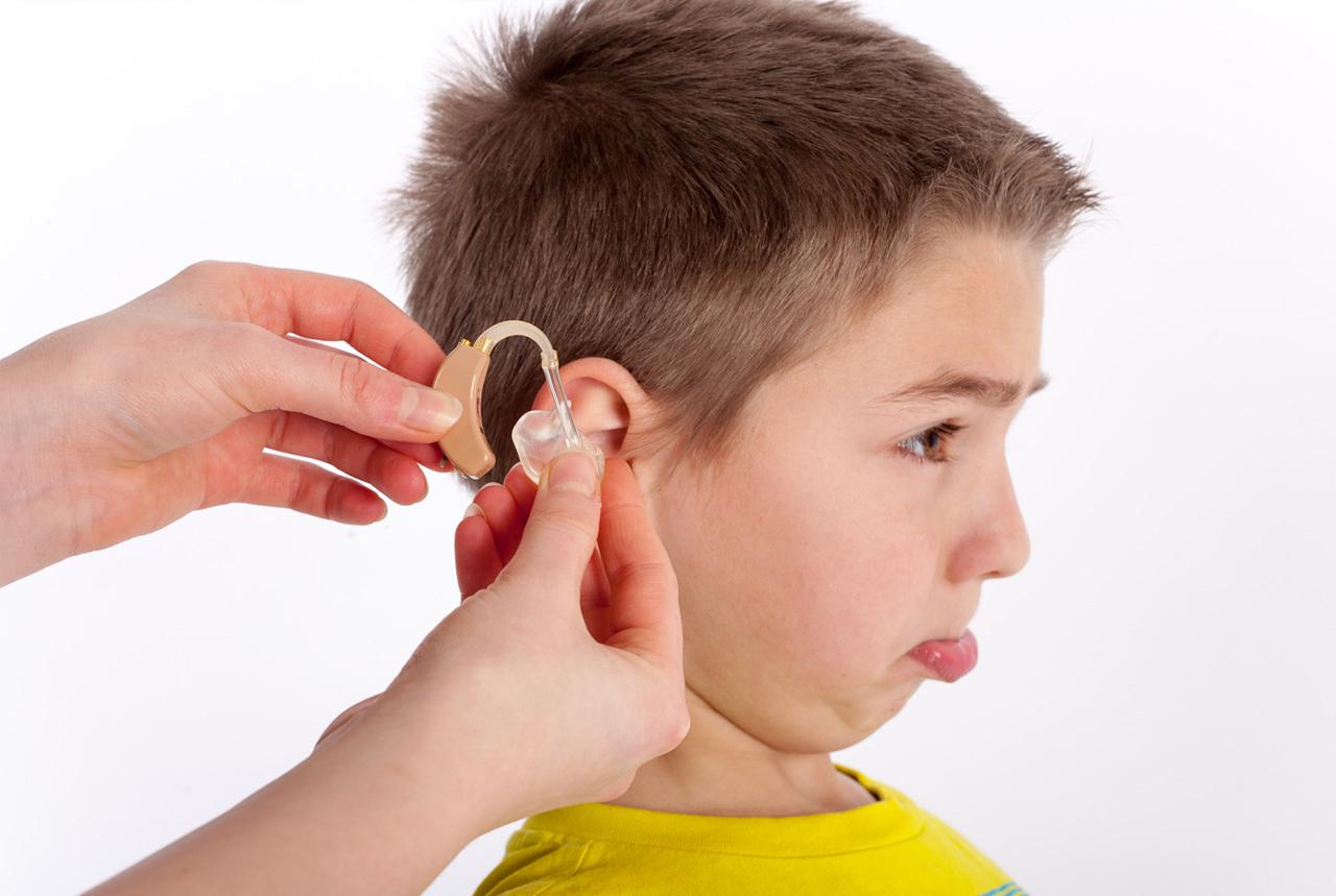 難聴の子供が生き生きと 小型補聴器開発 運動しても外れにくく