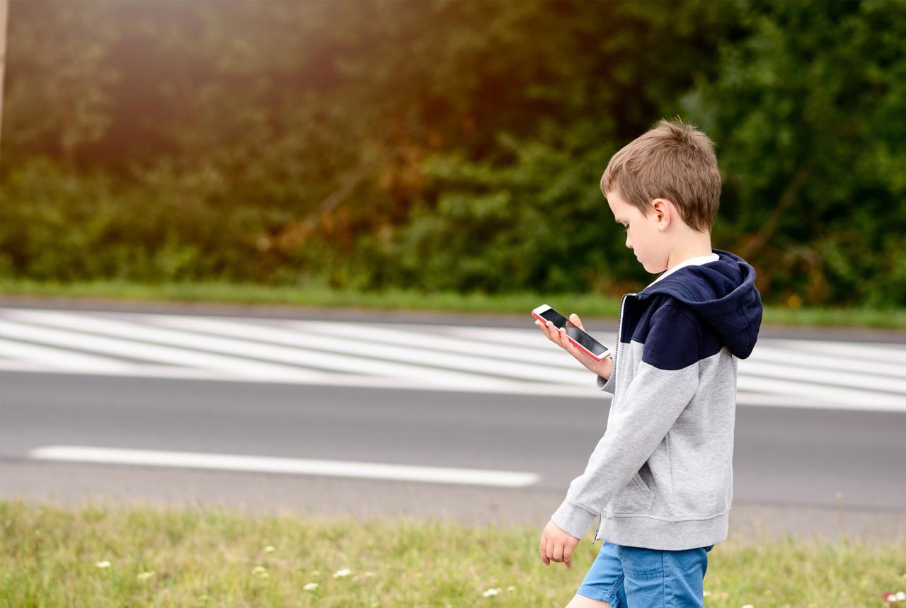 歩きスマホの危険意識は9割超 メールが約4割