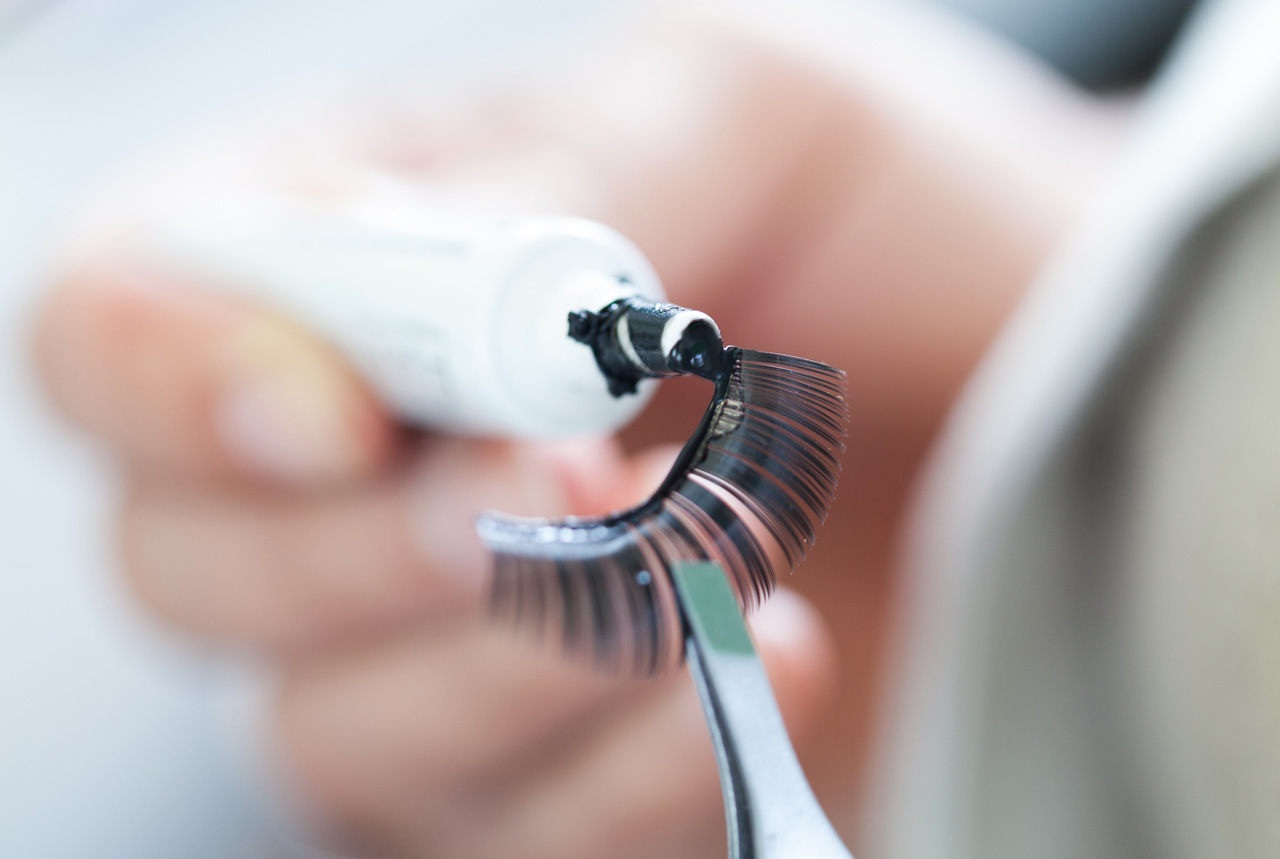 <東京都>まつげのエクステ接着剤に注意を 付け爪も、皮膚炎の恐れ