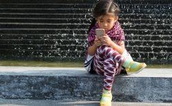 スマホで子どもの斜視が増加?……韓国で研究論文、日本も同じ傾向か