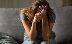 """""""未成年の妊娠""""は虐待のリスクを高める…データに基づいたアメリカの対策"""